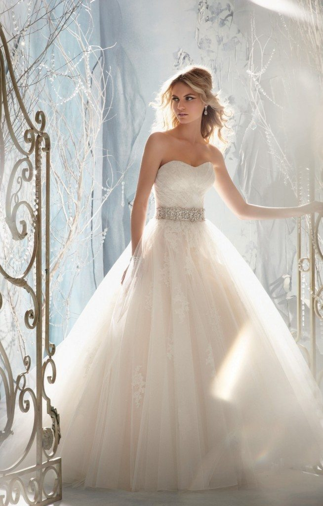 sposa-principessa-abito-matrimonio-okmi-scollo-cuore