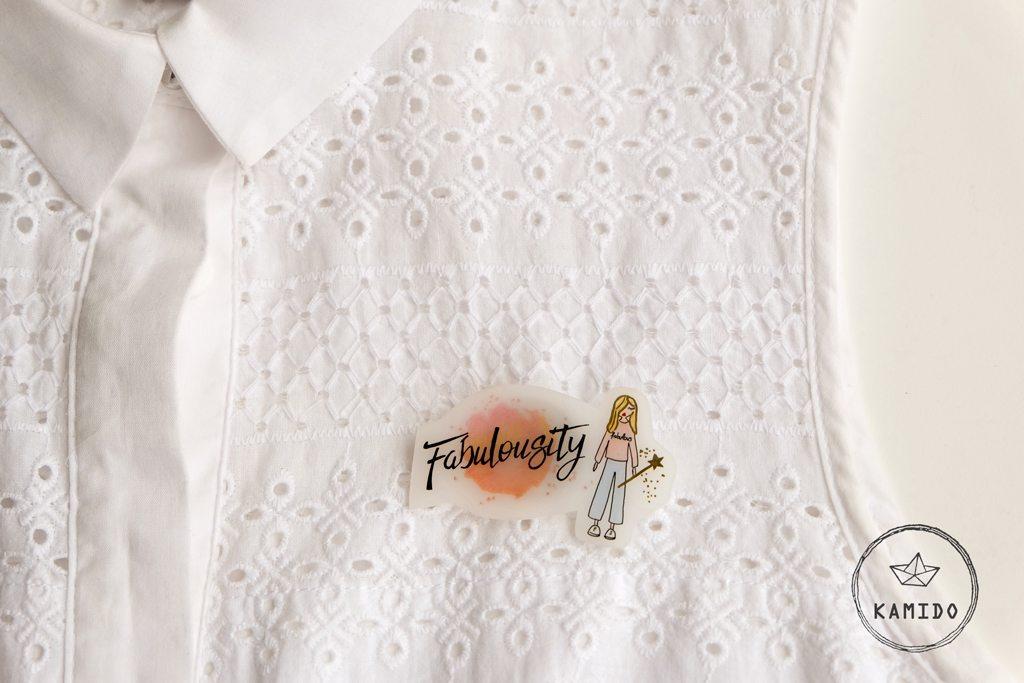 spilla-logo-personalizzato-fabulousity-fatto-a-mano-KAMIDO-polyshrink-handmade-brooch