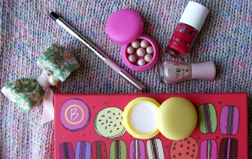 Un dolce make-up e outfit per la Macaron Gloss Saga BeautifulBox by Alfemminile con Republic of Pigtails e Marc Jacobs Beauty