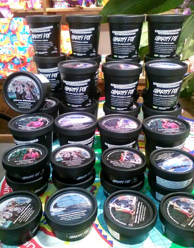 Lush Cosmetics: Charity Pot, la crema per corpo e mani idratante e solidale. Packaging