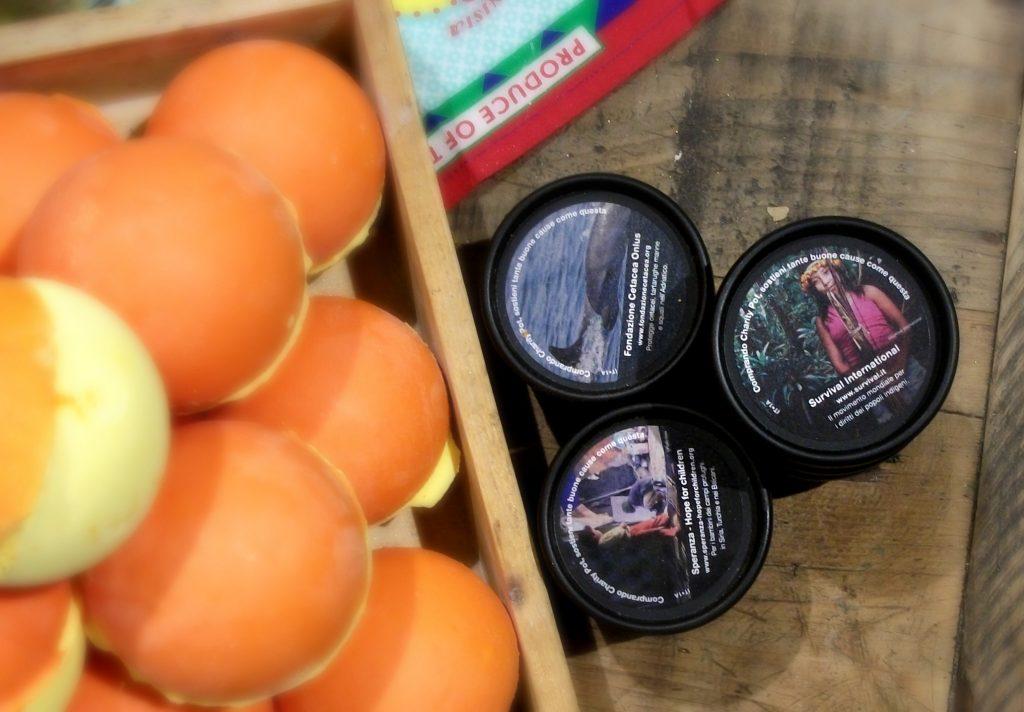 Lush Cosmetics: Charity Pot, la crema per corpo e mani idratante e solidale con burro si cacao equosolidale